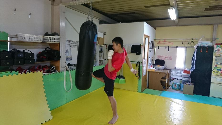 teamYAMATO奈良新大宮支部で膝蹴りの練習をする中学生。奈良市在住。