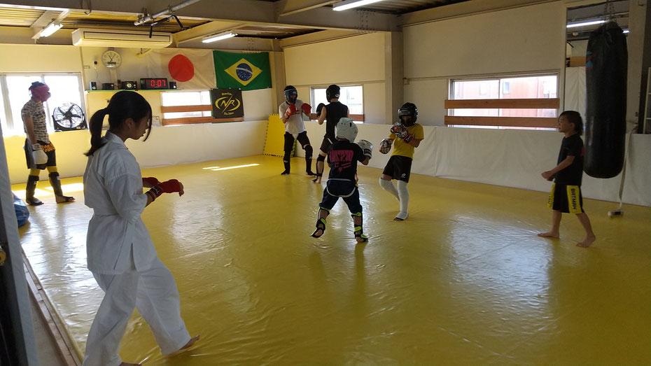 teamYAMATO奈良北支部【新大宮】。快適なジムでキックボクシングの練習をしています。