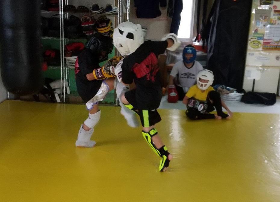 空手、ボクシング、柔道、他の格闘技経験者来てください。キックボクシングしましょう。