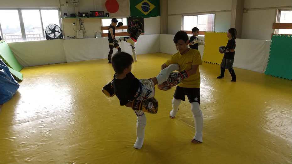 葛城市立新庄小学校、中学校、奈良県立高校の生徒もたくさんキックボクシングしています。