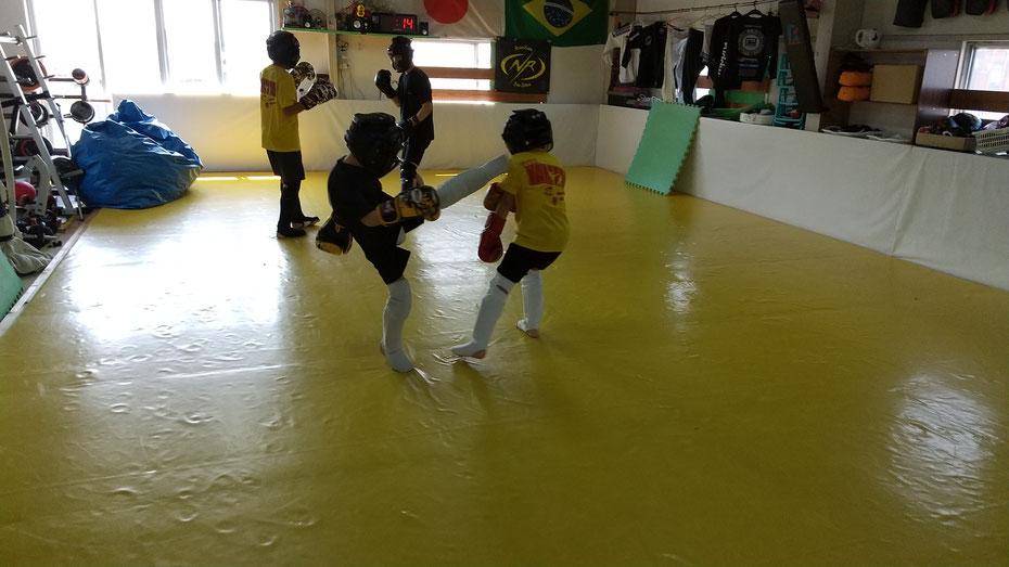 キックボクシング、グローブ空手teamYAMATO奈良新大宮支部にはカラテ経験のある小学生も在籍。スパーリング楽しんでます。