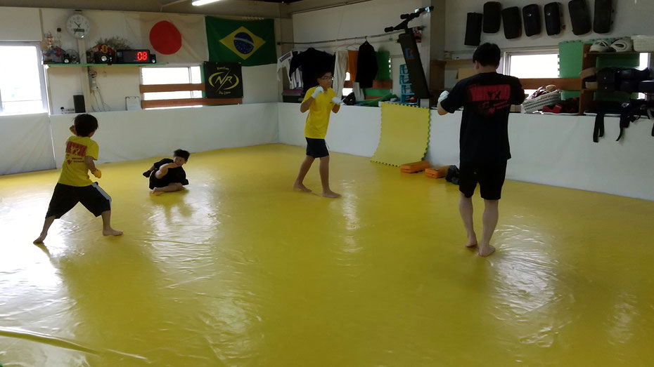 カラテteamYAMATO奈良新大宮支部では、仲良くキックボクシングの練習をしています。