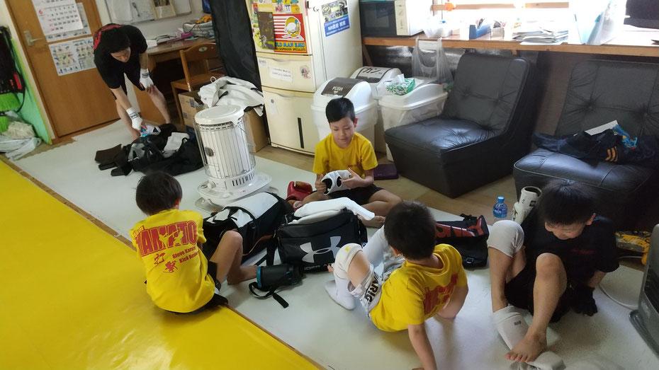 キックボクシング、グローブ空手teamYAMATO奈良新大宮支部の小学生は仲良しです。キックボクシング始めましょう。