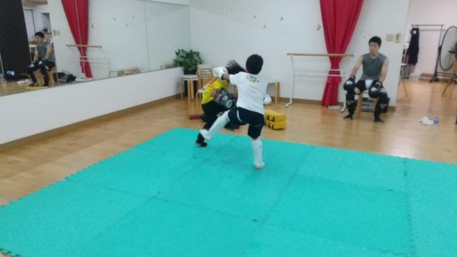 空手よりもキックボクシングです。総合格闘技の経験もあります。小学生のスポーツならキックボクシング。奈良市です。