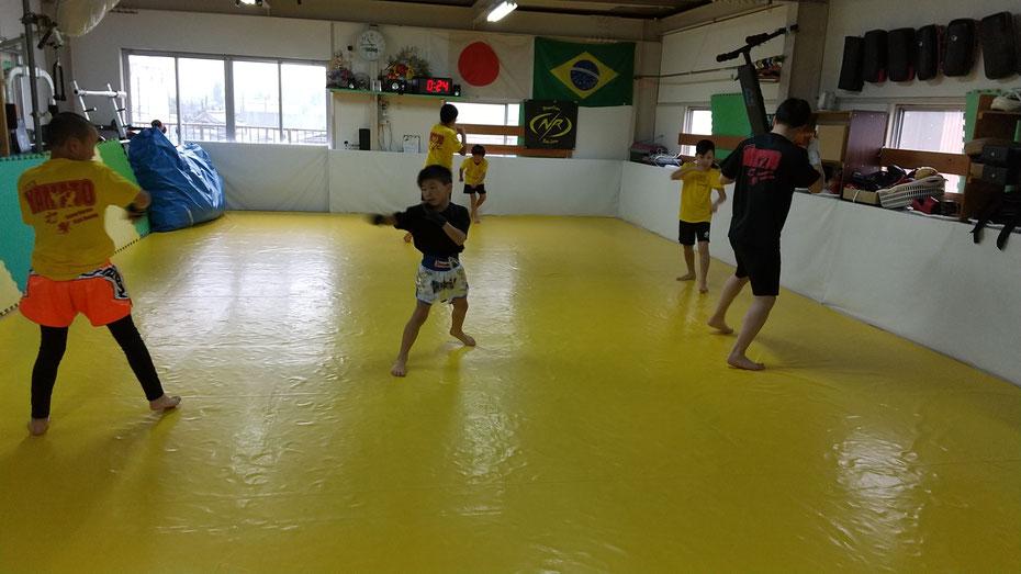 キックボクシングteamYAMATO奈良新大宮支部の練習風景。小学生から一般まで楽しく練習してます。