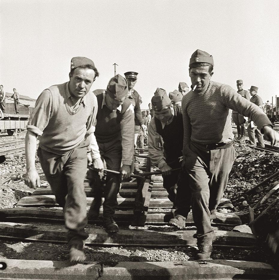Reparaturarbeiten nach der Bombadierung des Güterbahnhofs Wolf im März 1945.  Foto SBB Historic