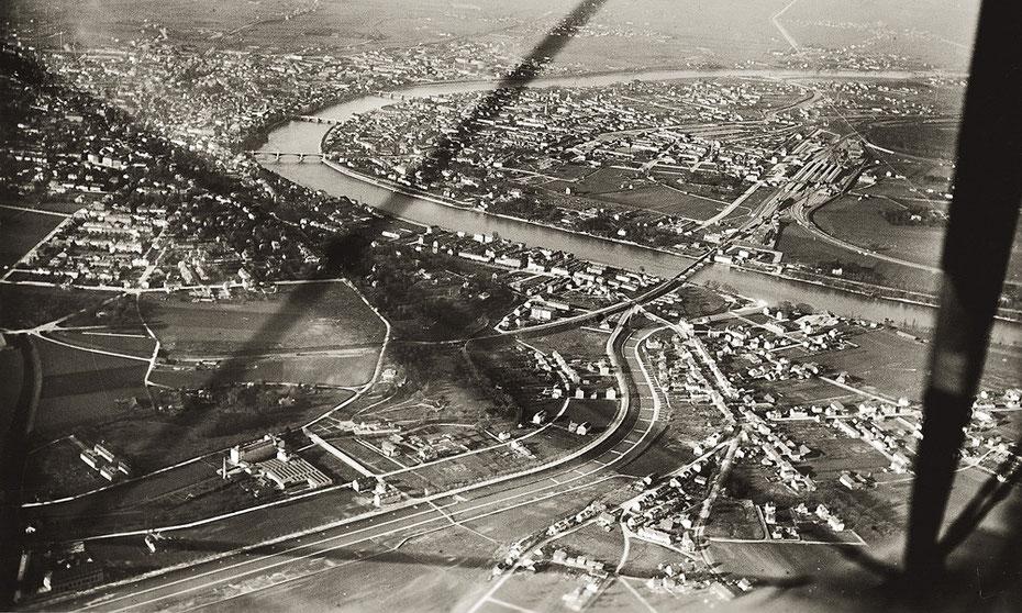 Das noch weitgehend unbebaute Lehenmattquartier mit der EBG-Siedlung an der Birs in einer Luftaufnahme von 1920.  Bildquelle: Staatsarchiv Basel-Stadt, BILD 43, 15