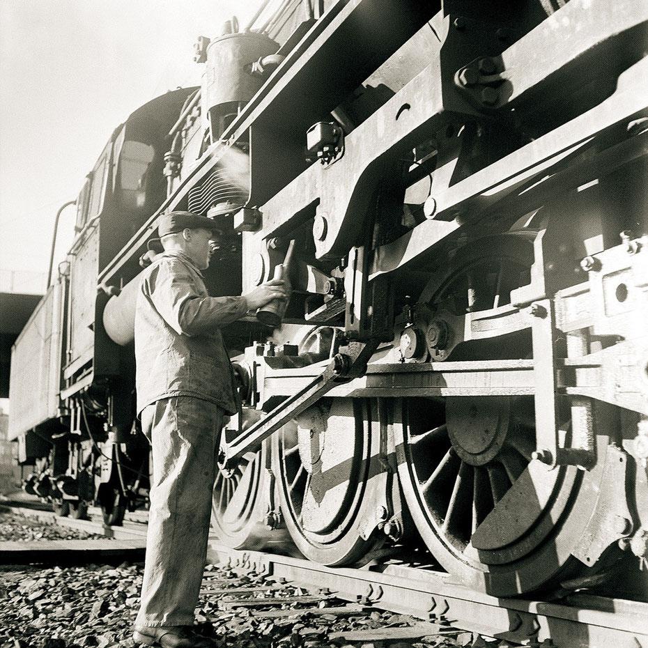 Eisenbahner mit Lokomotive aus dem Rangierbahnhof Wolf: der Zug ist bereit.  Foto SBB Historic