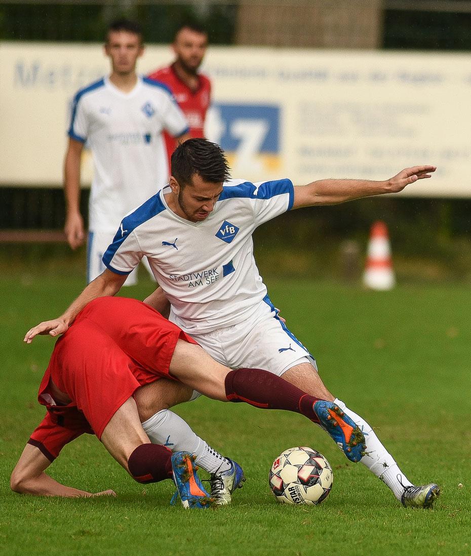 Letztes Jahr noch in einer Liga: der VfB Friedrichshafen (weiße Trikots) und der SV Weingarten. Beim Markdorf Cup 2018 standen sich die beiden oberschwäbischen Traditionsclubs im Endturnier gegenüber und trennten sich gerecht 1:1 [22.07.2018]