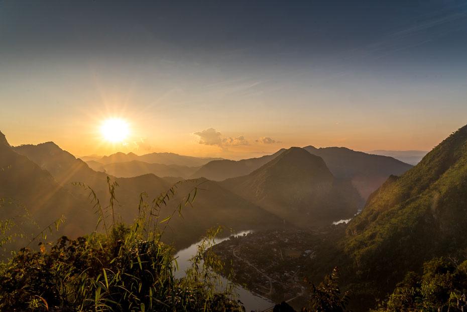 Nong Khiaw - immer beliebter unter Travellern wird die kleine Stadt Nong Khiaw am Nam Ou. Vom Viewpoint hoch über der Stadt hat man eine gigantische Aussicht - Sonnenuntergang inklusive!