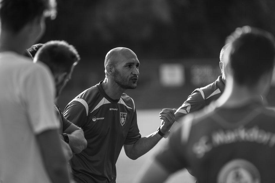 First speech: Trainer Bahadir Livgöcmen versammelt die Landesliga-Truppe des SC Markdorf zum ersten Training der Vorbereitung. Für die Blau-Weissen steht die dritte Saison in der südbadischen Landesliga an. Der Trainer ist schon mal fokusiert!