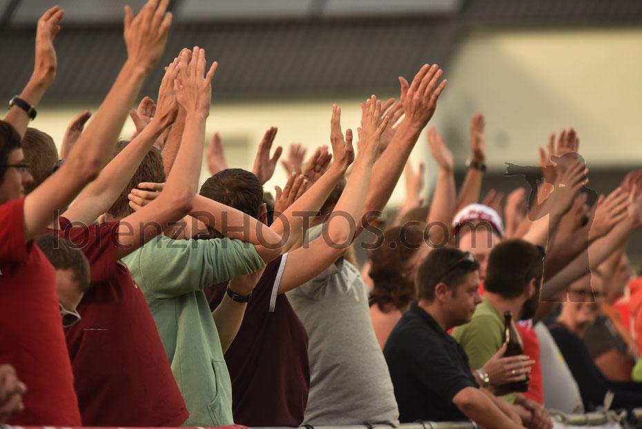 Fans der Bayern Amateure unterstützen ihr Team lautstark beim Vorbereitungsspiel gegen die VfB Reserve in Fronhofen.