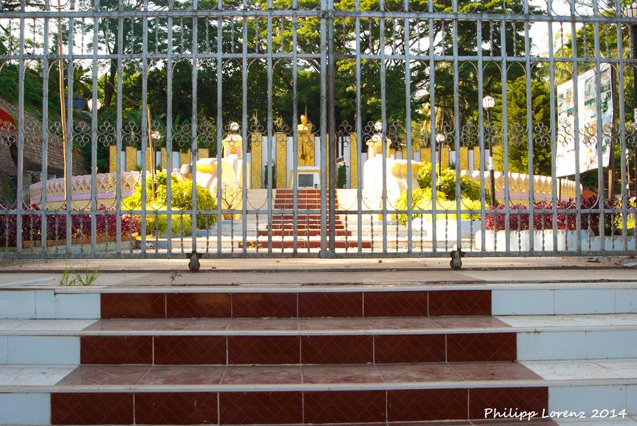 Kurzer Abstecher über die Grenze nach Tachileik, Myanmar. Hinter der Kontrollstelle ist alles anders, die Autos fahren wieder richtig herum und die Uhr geht auch nach. Der ehemalige Geheimtipp Myanmar mausert sich immer mehr zum Backpacker Hotspot Asiens.