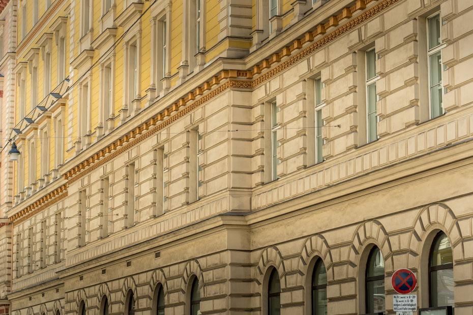 Ist Wien vielleicht die architektonisch schönste Stadt in Europa? Oder sogar der Welt? Es macht auf jeden Fall riesig Spaß mit der Kamera durch die Stadt zu wandern. Satt sehen kann man sich an den prächtigen Fassaden niemals!