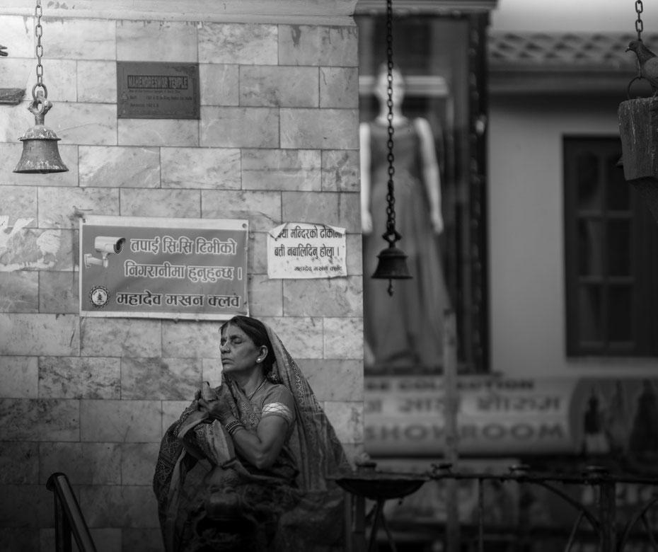 Tief versunken in ihr Gebet ist die Dame auf dem trubeligen Durbar Square in Kathmandu.