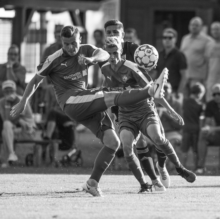 Ab und zu mag ich Fussball-Shots auch im reduzierten Schwarz/Weiss. Bei der tiefstehenden Sonne und dem grellen Licht waren manche Bereiche des Platzes kaum zu photographieren (VfB Friedrichshafen - FV Ravensburg, 24.07.2018)