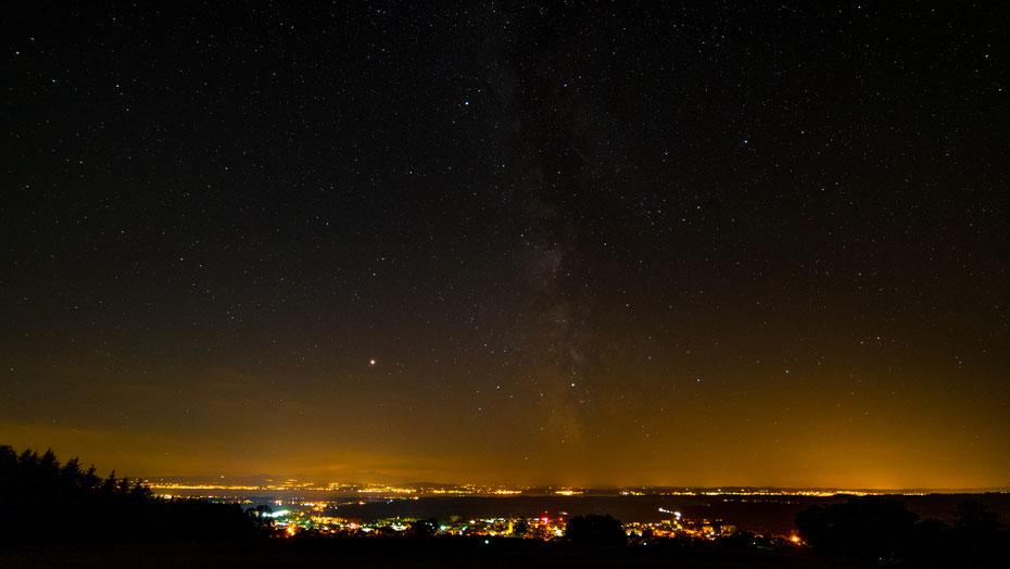 Mein Hausberg bietet eine perfekte Sicht auf die Unendlichkeit des Universums und auf den See mit den Alpen im Hintergrund. Ein Top-Spot für die Perseiden! [12-08-2018]