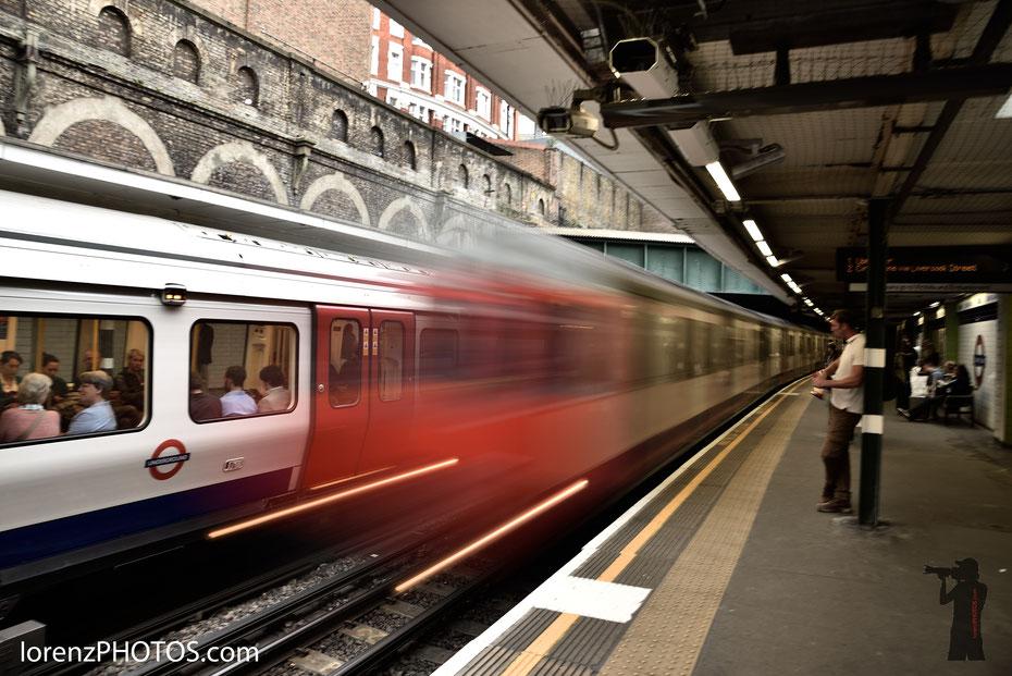 Unverzichtbar für den London-Tourist und die zahlreichen Berufspendler: die Tube. Für mich sind die Züge mehr als nur Transportmittel sondern auch ein gern photographiertes Motiv.