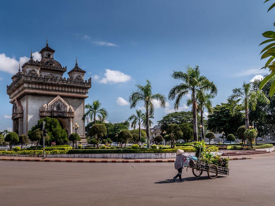 Patuxai Vientiane - die laotische Version des Arc de Triomphe. Freundlichst gesponsort vom Imperialist aus den USA, der Beton hätte eigentlich zum Ausbau des Flughafens genutzt werden sollen. So hat die Hauptstadt ein schickes Denkmal mehr. Danke!