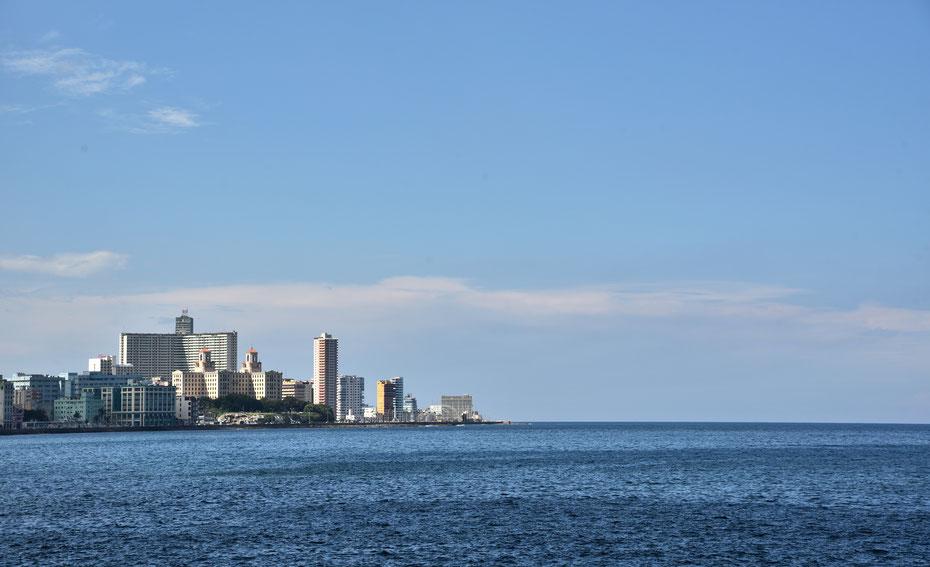 """Das """"neue"""" Havanna. Vedado ist das neue Zentrum der kubanischen Hauptstadt. Hier prägen auch einige Hochhäuser das Stadtbild, unter anderem das FOCSA Gebäude, das höchste Hochhaus der Insel. Direkt davor liegt das Hotel Nacional, das bekannteste Kubas."""