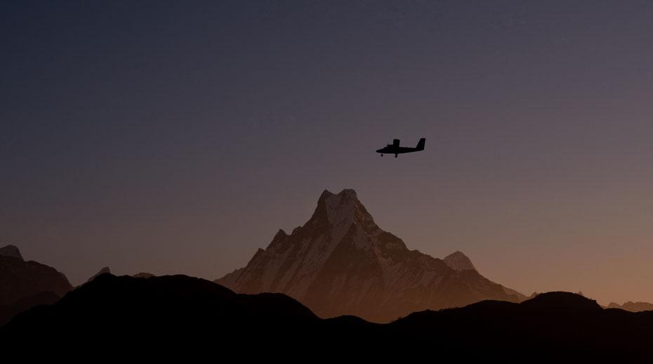 Der Tara Air Flug von Pokhara nach Jomsom führt durch das Kali Gandaki Tal welches das tiefste Tal der Erde ist! Die kleine DHC 6 Twin Otter passiert gerade den Machapucharé. Sicher auch ein Erlebnis!