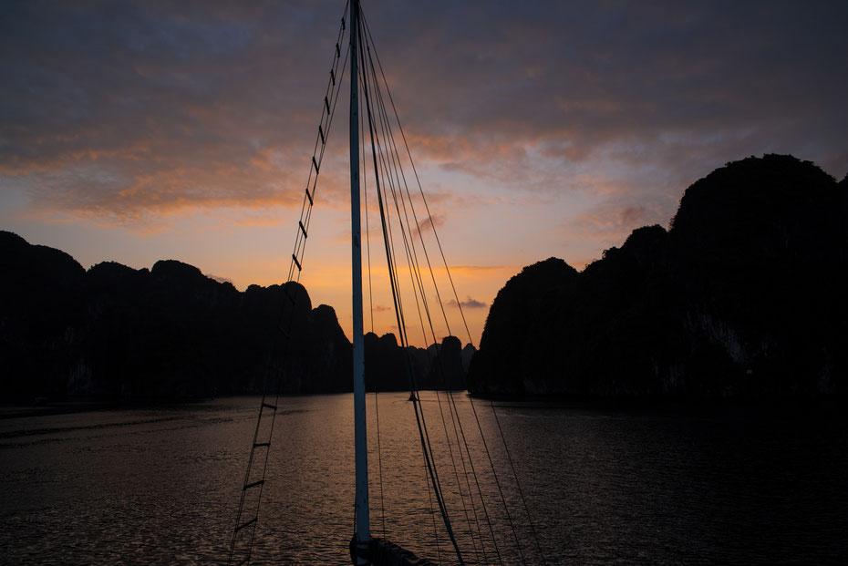 Good Morning Vietnam - zu früher Stunde (morgens vor sechs Uhr!) zeigt sich die Ha Long Bucht von ihrer schönsten Seite! Die Stille ist atemberaubend bevor sich die Karawane der Touristenboote wieder in Bewegung setzt um die 3.000 Inseln zu erkunden.