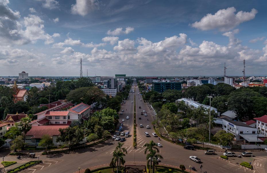 Die Aussicht vom Patuxai ist, naja, schon okay. Vientiane ist keine dieser Metropolen in Südostasien die den Besucher sofort in ihren Bann zieht. Es ist mehr der gemütliche, sozialistische Charme einer Stadt im Wandel der Vientiane sympathisch macht.
