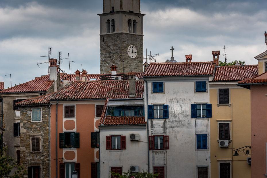 Izola - am schmalen Küstenstreifen der Adria reihen sich die Städtchen Ankaran, Koper, Izola, Portoroz und Piran aneinander. Die Nähe zu Italien ist in der Architektur wie hier in Izola unübersehbar. Sehr charmant!