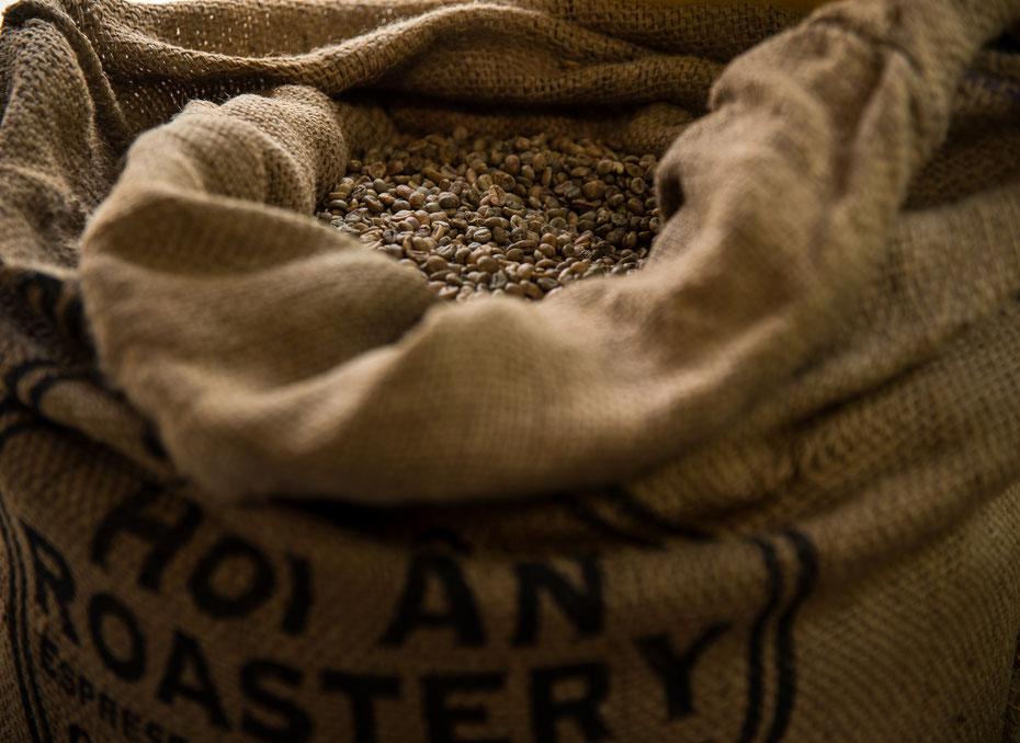 Black Gold - Vietnam ist der zweitgrößte Exporteur der Welt. Die angebauten Sorten (hauptsächlich Robusta) haben ihr sehr eigenes Aroma. Für mich als Kaffee-Junkie ein wahres Paradies. Die Spezialitäten sind Egg-Coffee und Iced Coffee.