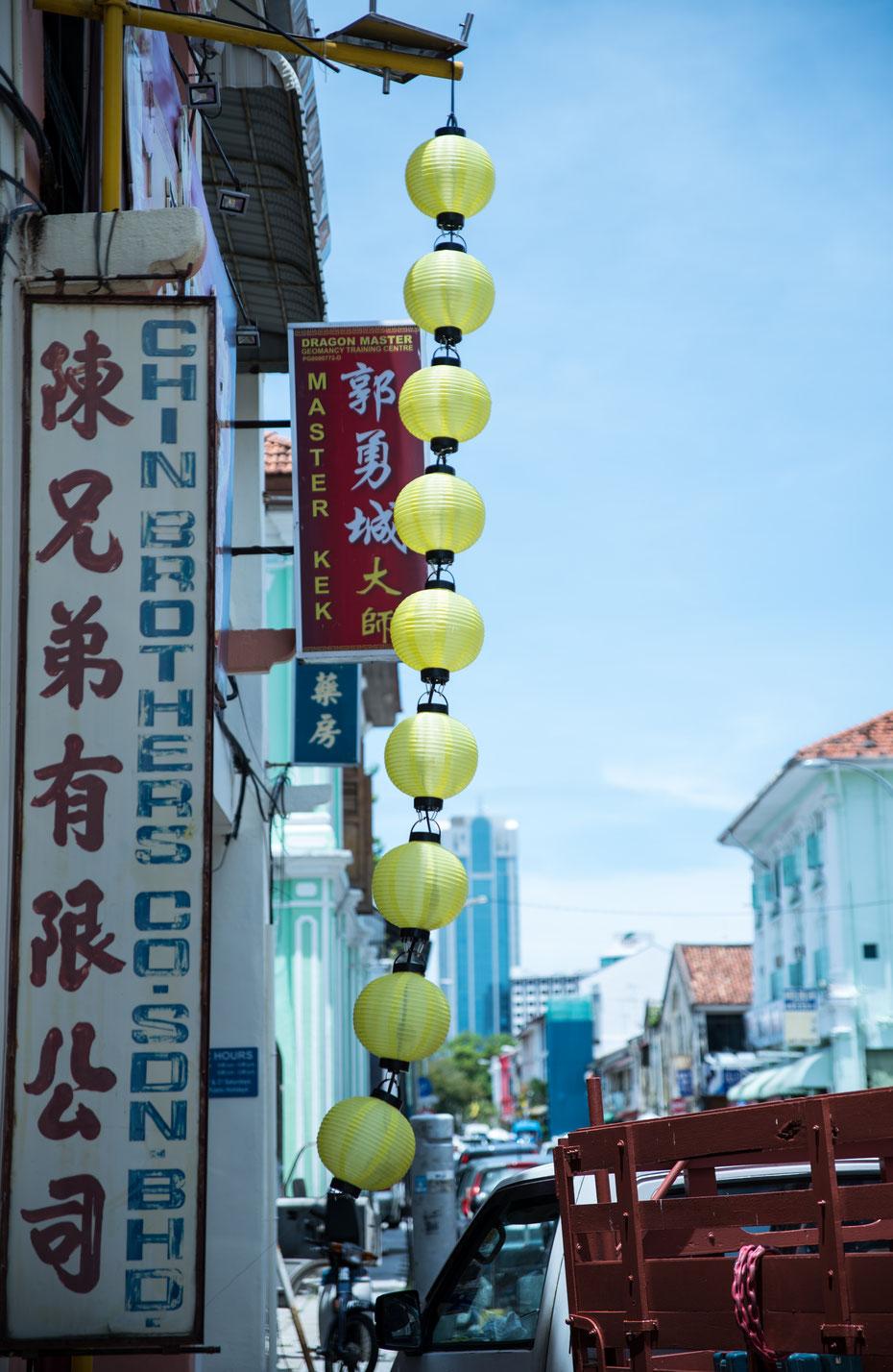 Chinatown in Georgetown, der Hauptstadt von Penang. Der gesamte Stadtkern ist UNESCO Weltkulturerbe und beherbergt neben Chinatown auch ein Little India und einen britisch geprägten kolonialen Stadtteil.