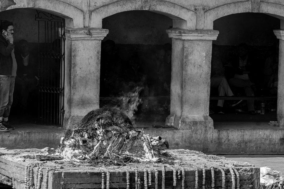 Die Verbrennung dauert etwa vier Stunden, anschließend wird die Asche dem Fluss Bagmati übergeben. Für Hindus ist es erstrebenswert im Pashupatinath verbrannt zu werden.