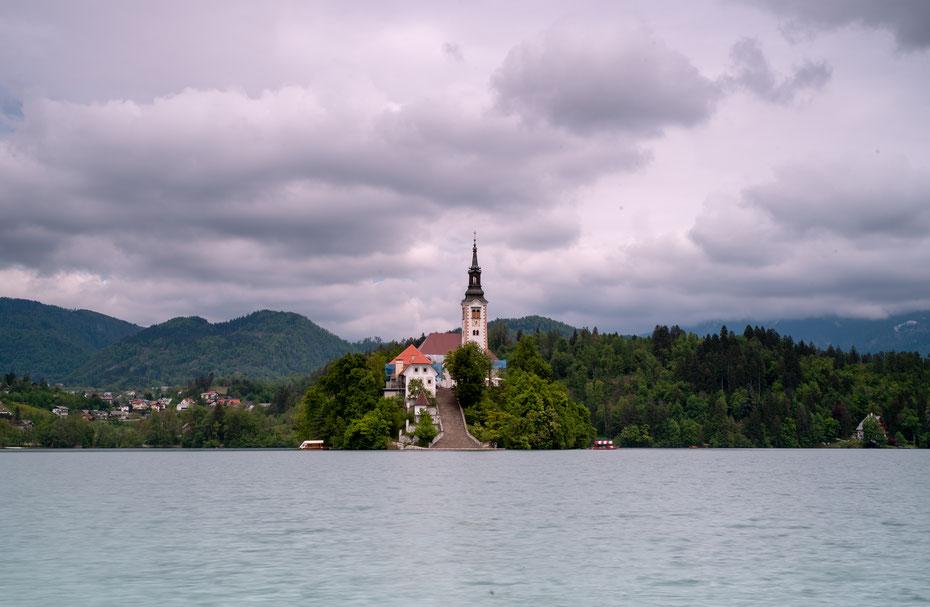 Besonders sehenswert ist die Kirche auf der kleinen Insel im Bleder See. Leider wird gerade renoviert, das Gerüst stört natürlich das Bild etwas.