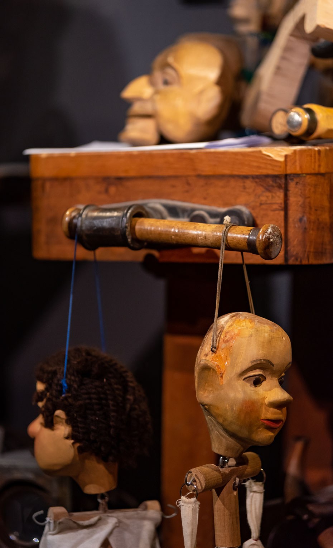 In stundenlanger Handarbeit entstehen die Puppen. Bei der Führung werden die einzelnen Arbeitsschritte erklärt und man darf die Puppen auch selbst ausprobieren. Die Ausbildung zum Puppenspieler dauert übrigens sechs Jahre.
