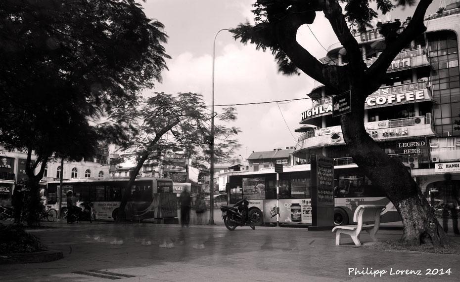 """""""Ghosts"""" am Hoan Kiem See mitten in der Hauptstadt Vietnams. Gegenüber gibt es übrigens leckeren Kaffee und die beste Aussicht auf einen der verrücktesten Kreisverkehre auf diesem Planeten."""