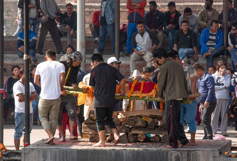 Pashupatinath - der dem Hindu Gott Shiva gewidmete Tempel in Kathmandu ist eines der größten Heiligtümer im Hinduismus. Leichen werden im Tempel verbrannt und dem heiligen Fluss Bagmati übergeben.