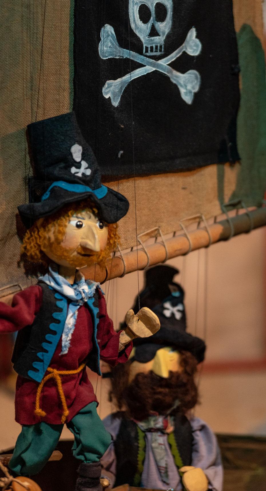 """Die liebenswürdigen Schurken aus """"Jim Knopf und Lukas der Lokomotivführer"""": die wilde 13. Die Piraten segeln über die Weltmeere und entführen Kinder für die Schule von Frau Malzahn in der Krummen Gasse 113."""