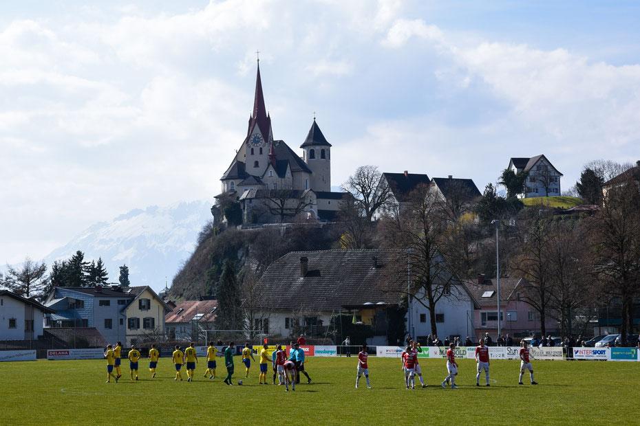 Fussball und Sightseeing in Vorarlberg. Die Gastra bietet ein einzigartiges Panorama auf die Basilika von Rankweil.  Bei perfektem Frühlingswetter ein Muss für jeden Fussball-Fan. [März 2018]