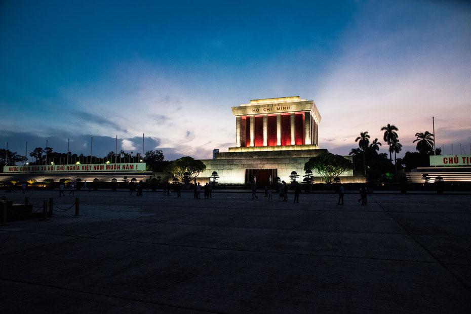 Ho Chi Minh - das Mausoleum des ehemaligen Präsidenten wird von vielen Einheimischen besucht. Schon zu Lebzeiten galt Onkel Ho als Legende des Freiheitskampfes, die Befreiung Vietnams erlebte der charismatische Politiker nicht mehr.