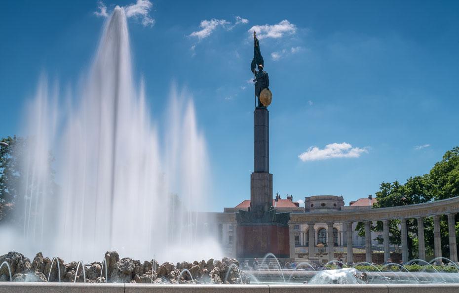 Hochstrahlbrunnen - zwischen Resselpark und unterem Belvedere liegt dieser Brunnen. Mit dem Heldendenkmal werden die sowjetischen Befreier Wiens im zweiten Weltkrieg geehrt.
