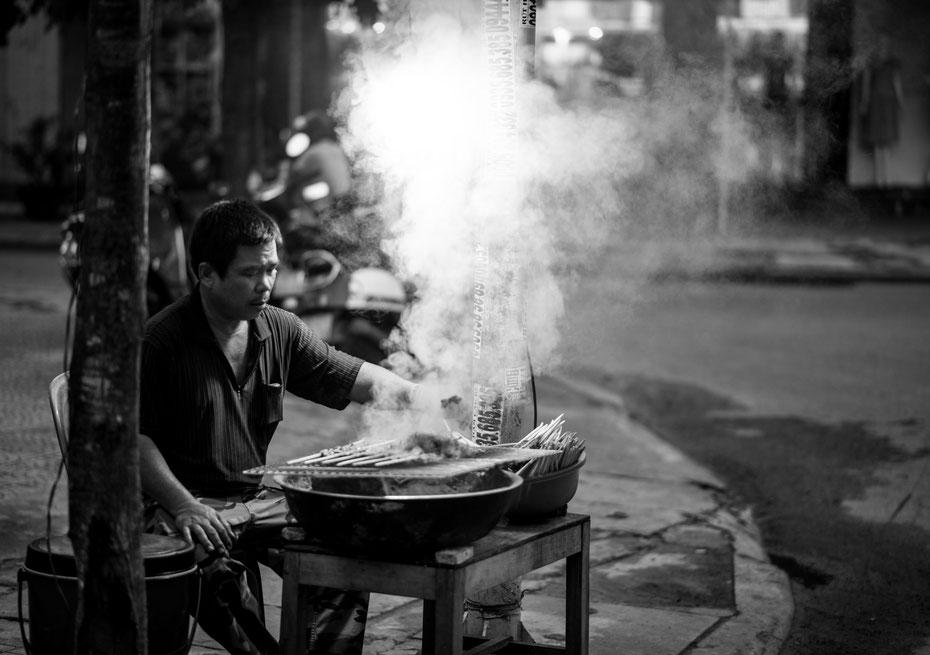 People of Vietnam - im kleinen Städtchen Hoi An wird an jeder Straßenecke gekocht, gegrillt und etwas leckeres zum essen gezaubert. Ein wahrer Foodie-Hotspot!