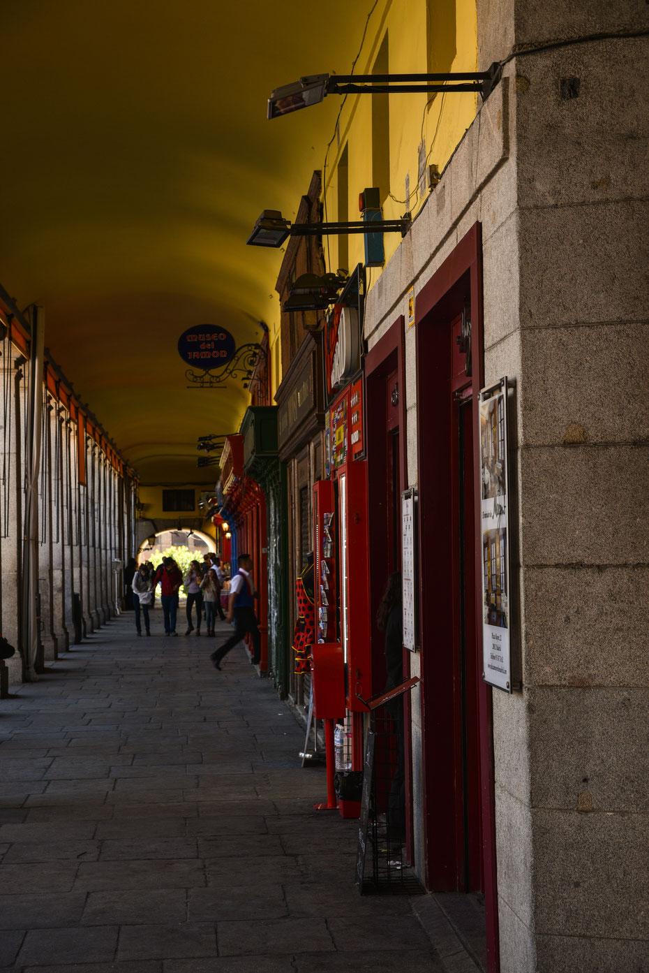Viel zu entdecken gibt's in den Galerien um den Plaza Mayor. Kleine Geschäfte, das Schinken-Museum und kleine Bars mit einheimischen Spezialitäten wie Baguettes mit Tintenfisch.