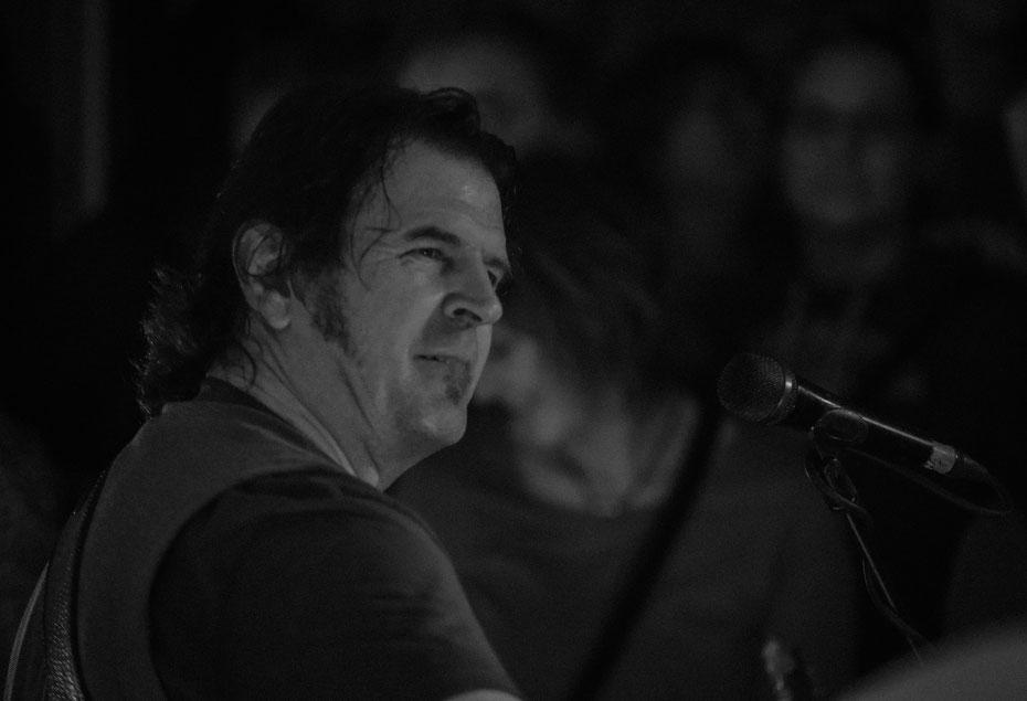 Mr. Sean Treacy himself. Warum nicht mal ein Portrait in die Konzertphotographie einbauen? ;-) (Musiknacht, April 2017)