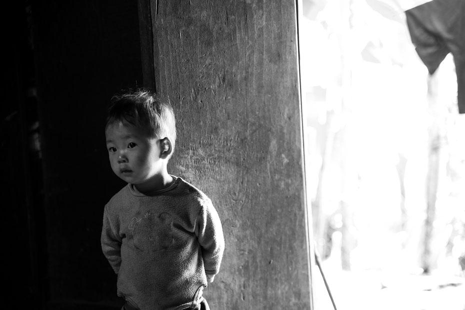 Curious Boy - den kleinen Vietnamesen konnte ich während des Aufenthalts auf dem elterlichen Bauernhof portraitieren. Europäer hat er wohl noch nicht viele gesehen in seinem Leben. Dadurch entstand dieses wundervolle Motiv ;-)