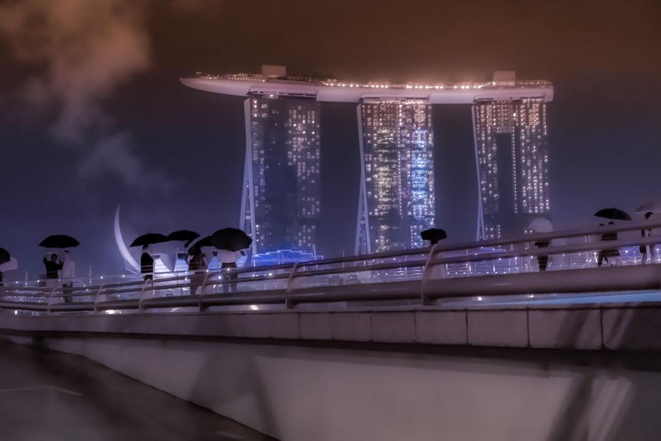 Marina Bay Sands Hotel - das Luxushotel eignet sich um ein bisschen mit Photoshop zu experimentieren. Die drei Türme sind sicherlich das meistphotographierte Motiv der Stadt. Man sieht sich halt auch satt...