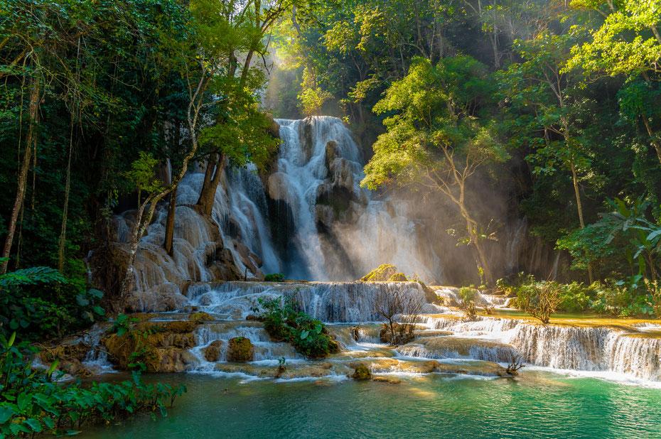 Der Tad Khuang Xi in voller Farbenpracht. Wenn die Sonne durch den dichten Wald scheint zeigen sich die Pools in den tollsten Farben. Ein wahres Spektakel!