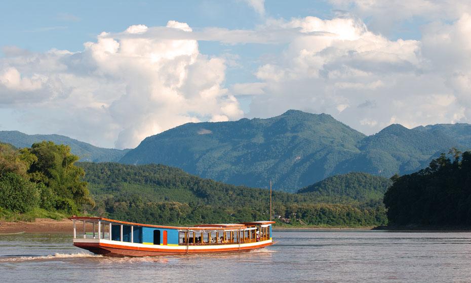 Entspannt mit dem Slowboat geht es den Mekong hinab Richtung Luang Prabang, dem spirituellen Zentrum von Laos. Auf dem Boot hat man Zeit zum abschalten und um sich mit den anderen Travellern auszutauschen.