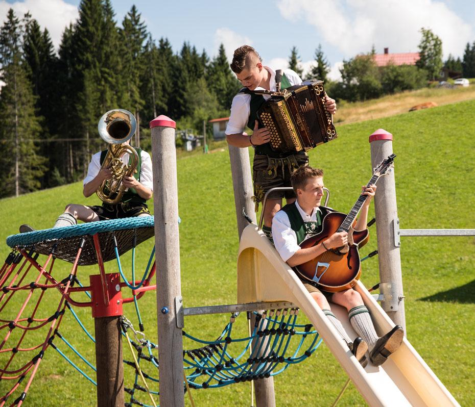 Das Trio SBS sorgte für gute Stimmung bei der Hochzeit von Jule und Jochen auf der Alpe Hohenegg im Allgäu.