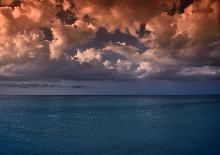 Das Strandperlchen Cayo Jutias. Ein perfekter Nachmittag mit Taxifahrt im Oldtimer, Treffen mit Freunden, einem traumhaften Sandstrand gipfelte in einem karibischen Gewitter mit einzigartigen Farben im Wasser und am Himmel.