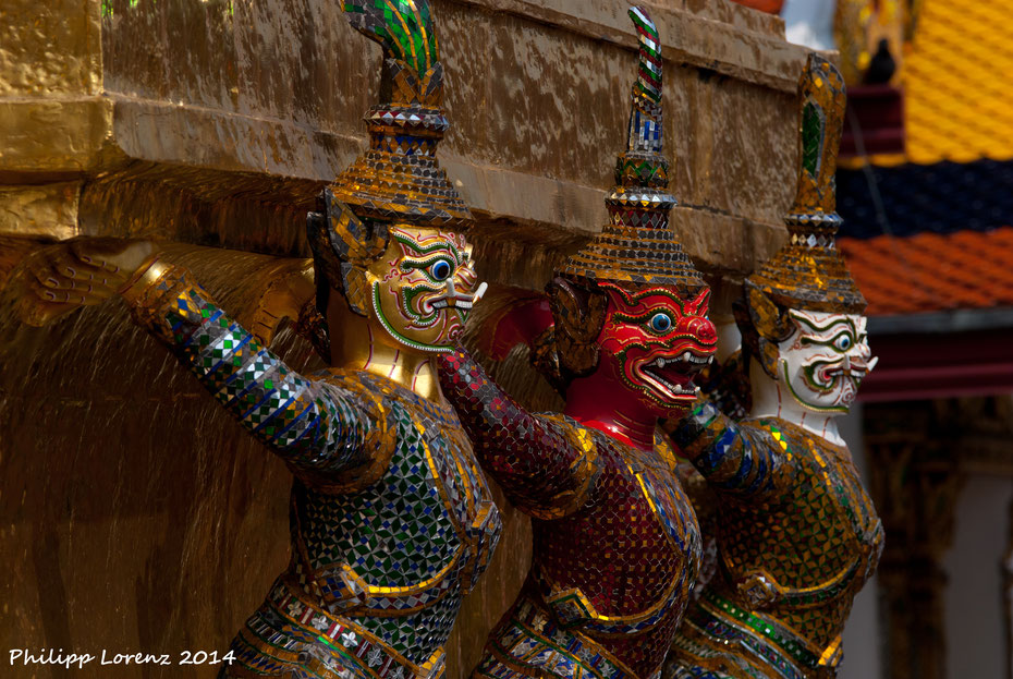 Los geht die Reise durch Südostasien in Bangkok, der Stadt der Engel. Die bunten Figuren stehen im Wat Pho, einem der bekanntesten und schönen Tempel der thailändischen Hauptstadt. Hier findest du auch den liegenden Buddha (46m lang, 15m hoch).