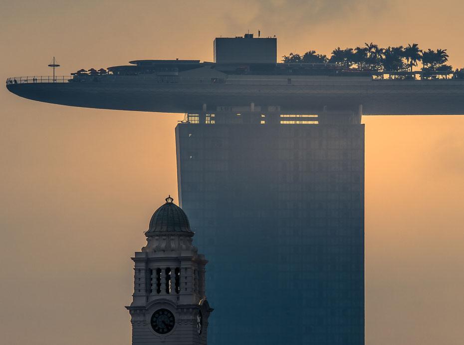 Alt trifft Neu - die britische Kolonialarchitektur ist ein schöner Kontrast zu den supermodernen Wolkenkratzern (wie hier dem Marina Bay Sands Hotel) in Singapur.